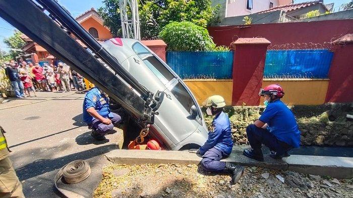 Proses Evakuasi Ertiga yang Terperosok di Ciracas Menghabiskan Waktu Hingga 20 Menit