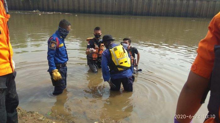 Sehari Tenggelam, Jasad Irfan Akhirnya Ditemukan Tim SAR Gabungan di Kali Pesanggrahan Jakarta Barat