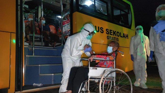 Awak bus sekolah saat proses evakuasi 66 lansia penghuni Panti Sosial Tresna Werdha Budi Mulia 2, Cengkareng, Jakarta Barat, Senin (21/12/2020)
