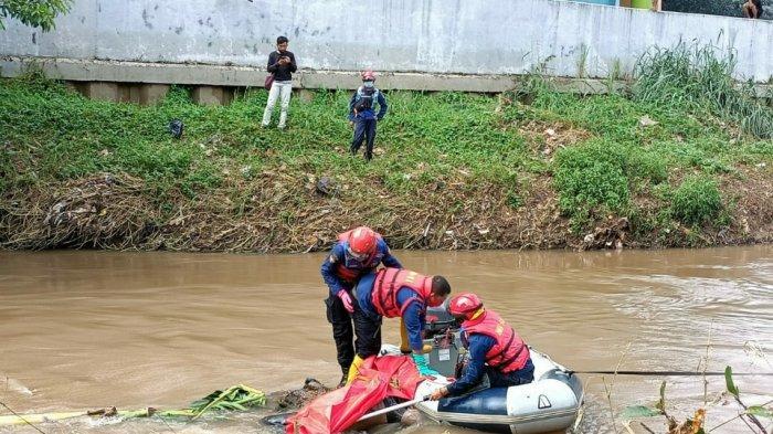 Mayat Pria Tanpa Identitas di Kali Pesanggrahan Dievakuasi ke RS Polri