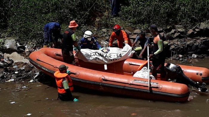 Tubuh Mayat Perempuan di Kali Ciliwung Membengkak, Petugas Sempat Kesulitan Mengevakuasi