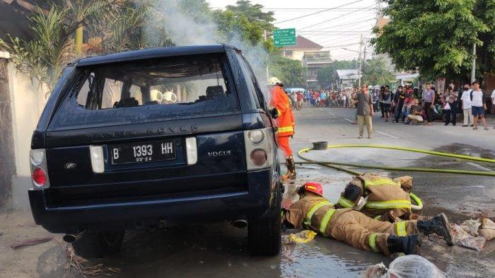 Evakuasi mobil terbakar di Jalan Rawamangun Muka Timur RT 03 RW 12 Nomor 40, Pulogadung, Jakarta Timur, Selasa (18/5/2021) karena kebocoran BBM.