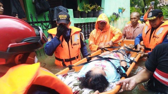 Sejak Dini Hari, Damkar Jakarta Timur Evakuasi Warga Korban Banjir di Enam Kecamatan