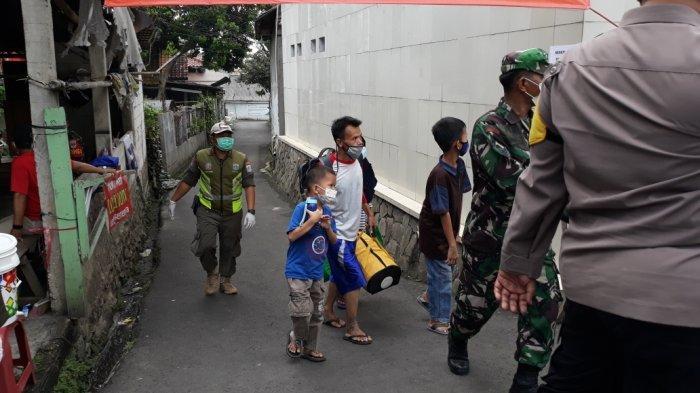Proses evakuasi warga RT 03/RW 03, Kelurahan Cilangkap, Kecamatan Cipayung dari klaster Covid-19 diduga halalbihalal Idulfitri 1442 Hijriah di Jakarta Timur, Minggu (23/5/2021).
