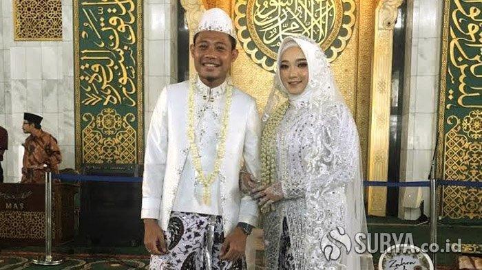 Gelandang Timnas Indonesia, Evan Dimas Darmono dan Istrinya Dewi Zahrani, usai mengucap janji suci pernikahan pada Sabtu (22/2/2020), di Masjid Nasional Al Akbar Surabaya.