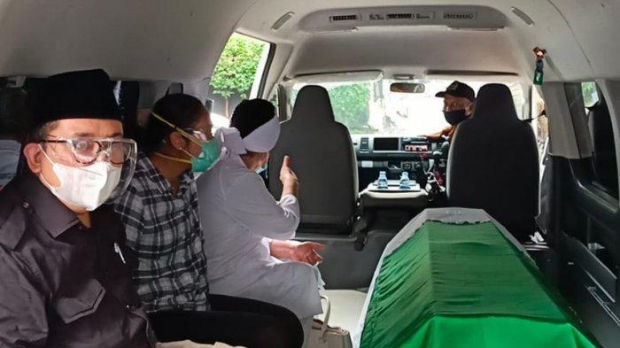 Dampingi Keranda Jenazah Ibunda Berangkat Dimakamkan, Fadli Zon : Terimakasih Semuanya