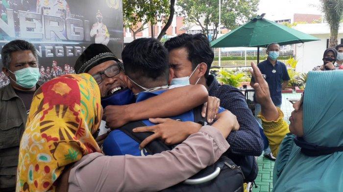 Tangis Histeris Keluarga Pecah saat Memeluk Fajar, Pegawai AVSEC yang Hilang dan Ditemukan di Bali