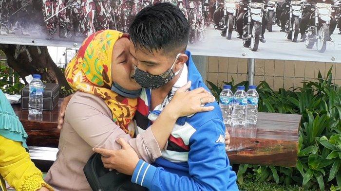 Fajar Maulana bertemu Istrinya Yuspa Septian di pelataran Mapolresta Bandara Internasional Soekarno-Hatta (Soetta), Tangerang, Sabtu (9/1/2021).