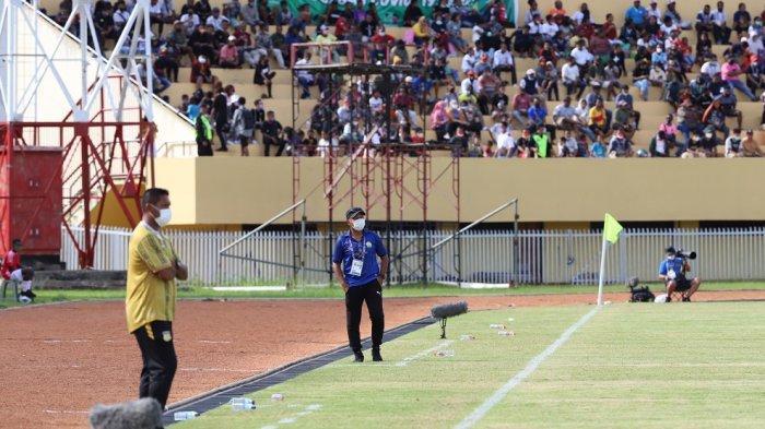 Fakhri Husaini saat mendampingi tim sepak bola PON Aceh berlaga di Stadion Mandala, Jayapura.