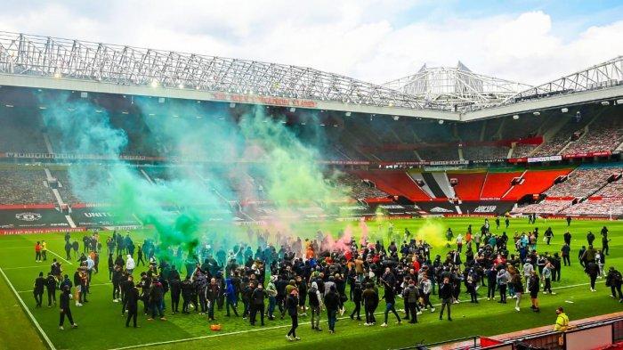 Duel Man United Vs Liverpool Ditunda: Fans Bikin Onar, Masuk ke Lapangan Bikin Old Trafford Membara