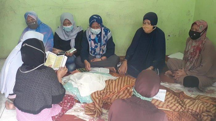 Jerit tangis warnai persemayaman almarhum Farhan (9), di rumah duka di Jalan Haji Joan, Kelurahan Pondok Karya, Pondok Aren, Tangerang Selatan (Tangsel), Senin (22/2/2021).