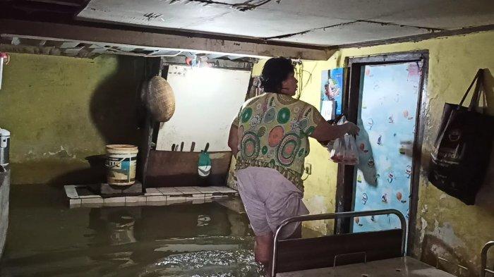 Banjir di Pejagalan, Farida Pasrah Sudah Dua Hari Air Tak Kunjung Pergi dari Rumahnya