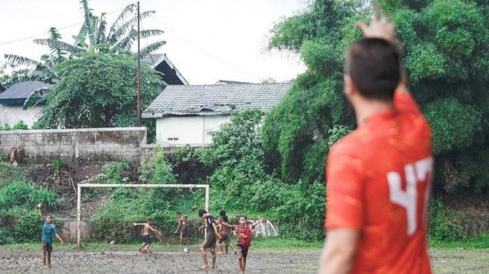 Bintang Asing Persija Unggah Foto Anak-anak Main Bola Bermandi Lumpur: Kebahagiaan Sebelum Latihan