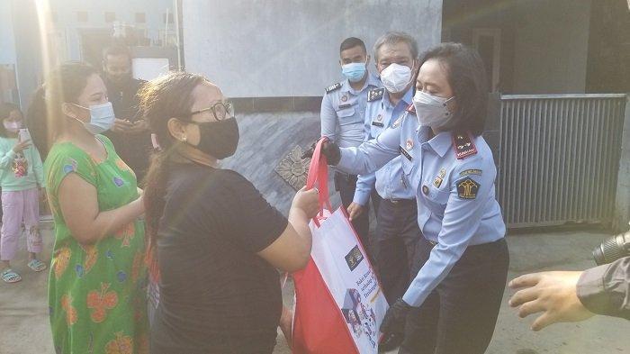 Kepala Kantor Imigrasi Tangerang Distribusikan Sembako Untuk Warga Terdampak Covid-19
