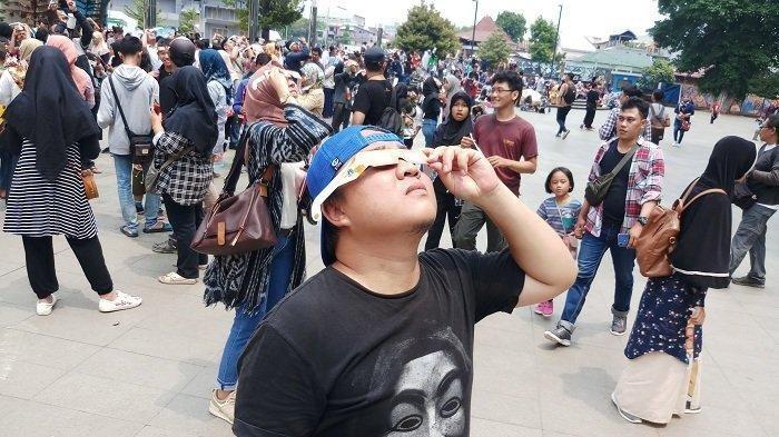 Penasaran Fenomena Gerhana Matahari, Taman Ismail Marzuki Membludak Diserbu Pengunjung