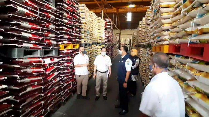 Hari Ini Warga Dua Kelurahan di Cakung Terima 5.000 Ton Beras dari Gubernur Anies Baswedan