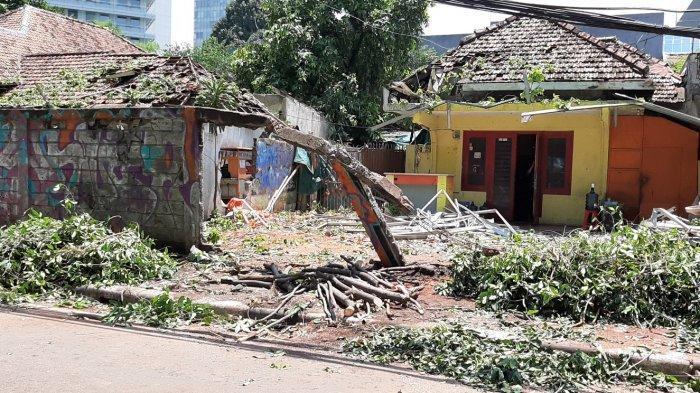 Pohon besar roboh menimpa satu rumah di Jalan Sumenep, Kecamatan Menteng, Jakarta Pusat, Selasa (22/9/2020) siang.