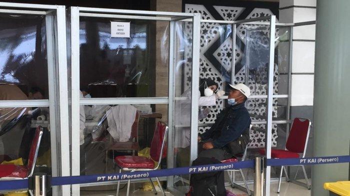 Suasana penumpang kereta di Stasiun Pasar Senen, Minggu (2/5/2021)