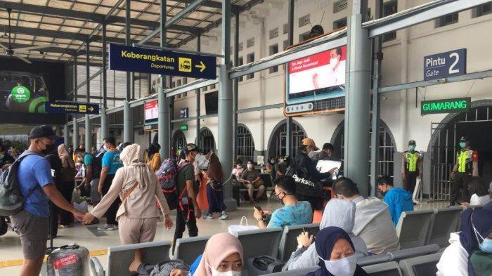 FOTO Situasi Terkini Stasiun Pasar Senen Jelang Lebaran, Mulai Dipadati Penumpang