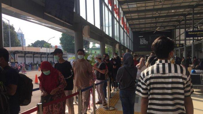 Suasana penumpang kereta di Stasiun Pasar Senen, Minggu (2/5/2021) .