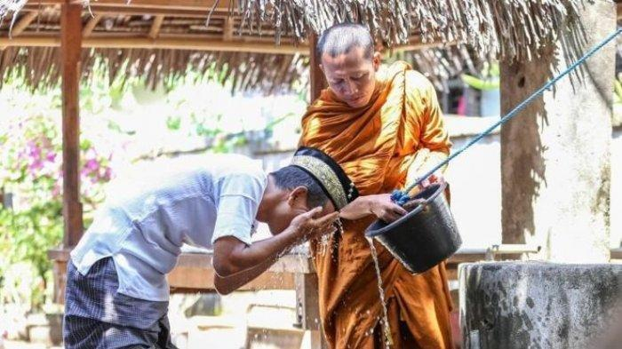 Viral Potret Biksu Bantu Pria Mengambil Wudhu, Ini Kesaksian dari Sang Fotografer