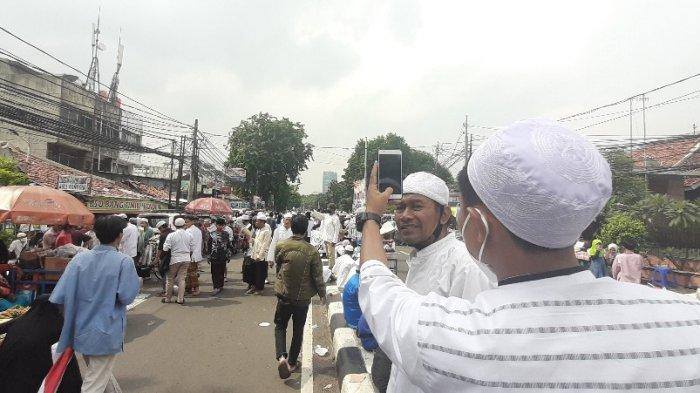Massa FPI Penuhi Petamburan III Jelang Kepulangan Habib Rizieq, Polisi Rekayasa Arus Lalu Lintas