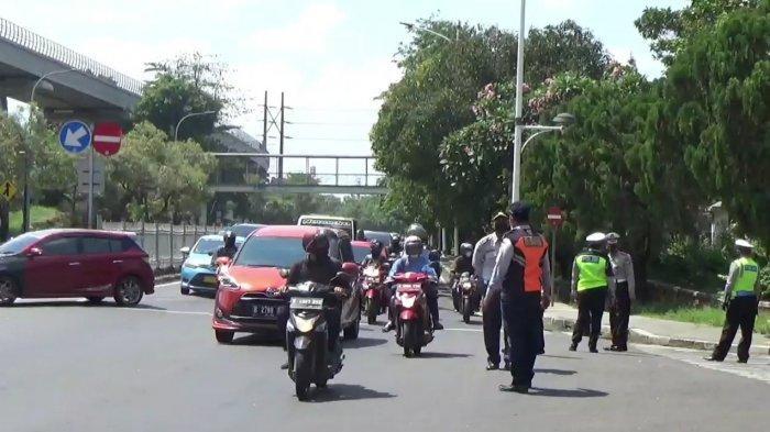 Pemberlakuan gage di Jalan Taman Mini 1 akses masuk Taman Mini Indonesia Indah (TMII) di Cipayung, Jakarta Timur, Jumat (17/9/2021)