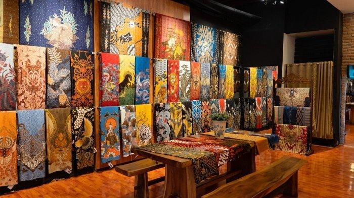 Garuda Kencana Batik pernah menjual lebih dari 300 lembar kain batik dalam waktu satu bulannya, dimana harga kain Garuda Kencana Batik dibandrol sebesar Rp 1,5 juta sampai Rp 20 jutaan