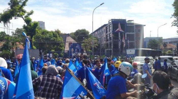 Ratusan Kader Demokrat Penuhi Jalan Proklamasi Menteng, Bersiap Konvoi Kawal AHY Menuju Kemenkumham