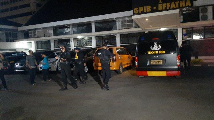 Tim Gegana Korps Brimob Polri tiba di lokasi Lokasi penemuan benda mencurigakan diduga bom buku di depan Gereja GPIB Effatha di Jalan Melawai, Kebayoran Baru, Jakarta Selatan, Jumat (2/4/2021).
