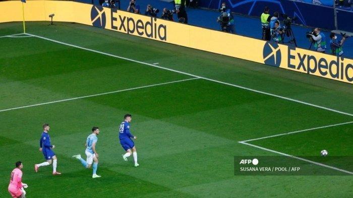 Gelandang Chelsea asal Jerman Kai Havertz (kanan) mencetak gol selama pertandingan final Liga Champions UEFA antara Manchester City dan Chelsea di stadion Dragao di Porto pada 29 Mei 2021.