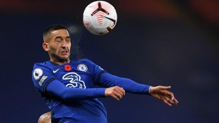 Gelandang Chelsea asal Maroko, Hakim Ziyech, melompat untuk menyundul bola selama pertandingan sepak bola Liga Premier Inggris antara Chelsea dan Sheffield United di Stamford Bridge di London pada 7 November 2020.