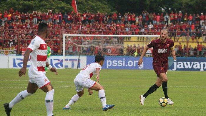 Pergerakan gelandang PSM Makassar, Wiljan Pluim diawasi dua pemain Madura United pada semifinal pertama Piala Indonesia 2018 di Stadion Andi Mattalatta, Kota Makassar, 30 Juni 2019.
