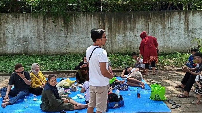 Satu keluarga asal RW 12 Kelurahan Ancol terpaksa piknik di pinggir Jalan Lodan Raya karena tak bisa masuk ke dalam Taman Impian Jaya Ancol seiring ditutupnya tempat wisata tersebut Sabtu (15/5/2021) hingga Senin (17/5/2021) nanti.
