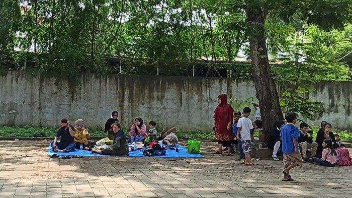 Gagal Liburan karena Ancol Ditutup Mendadak, Hasan dan Keluarga Terpaksa Piknik di Pinggir Jalan