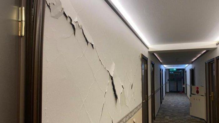 Guncangan gempa di Fukushima, Jepang, Sabtu (13/2/2021) malam terasa sampai di Kota Tokyo. Dinding ruangan retak akibat kerasnya guncangan.