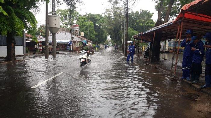 Genangan setinggi 20 cm di Jalan Bujana Tirta Raya, Pulogadung, Jakarta Timur, Minggu (24/1/2021).