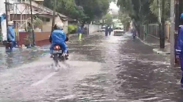 Jalan Bujana Tirta Raya Pulogadung Jakarta Timur Terendam Banjir Setinggi 20 Cm Minggu Pagi