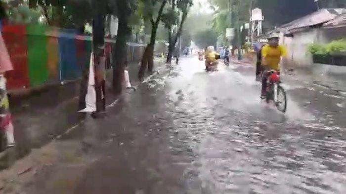 Genangan setinggi 20 cm di Jalan Bujana Tirta Raya, Pulogadung, Jakarta Timur, Minggu (24/1/2021)