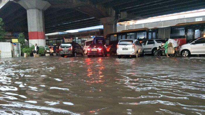 Diguyur Hujan Deras, Jalan DI Panjaitan Cawang Tergenang 30 Sentimeter