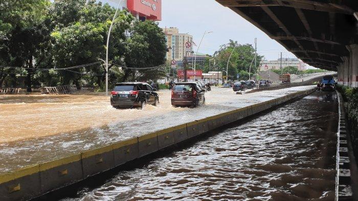 Banjir 25 Cm di Karet Bivak, Polisi: Kendaraan Masih Dapat Melintas