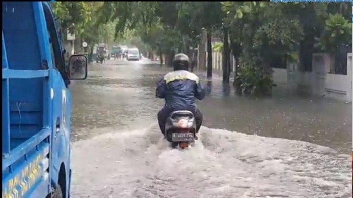 Genangan banjir di Jalan Nusa Indah, Duren Sawit, Jakarta Timur, Minggu (1/11/2020).
