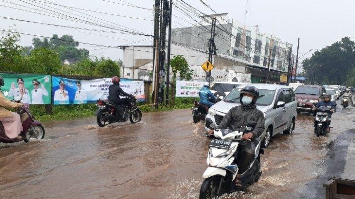 Drainase Mampet, Jalan Raya Depan Kantor Pemkot Tangsel Tergenang Air Setinggi 10 Cm