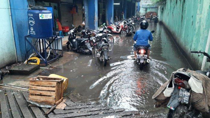 Penampakan Genangan di Area Parkir Belakang Pasar Cibubur Tiap Kali Hujan: Sudah Bertahun-tahun