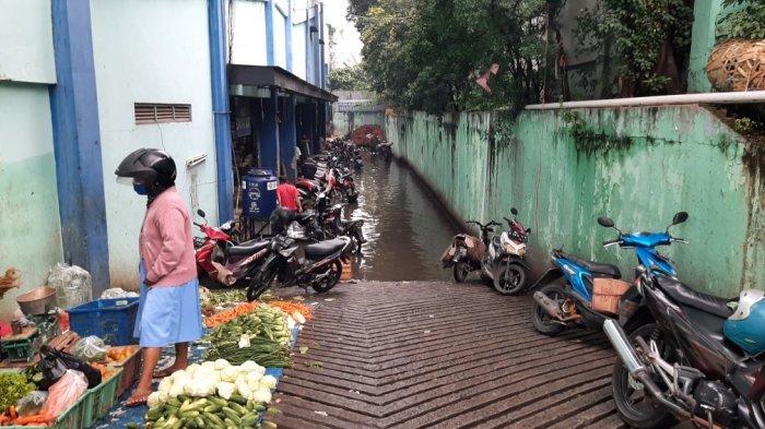 Banjir di area parkir belakang Pasar Cibubur, Ciracas, Jakarta Timur, Sabtu (13/2/2021).