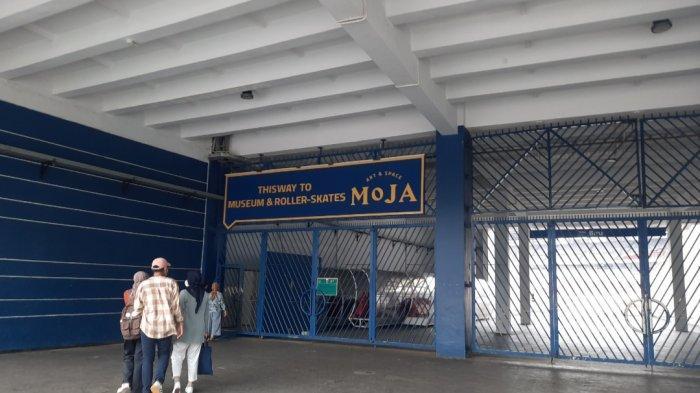 MoJA Museum ini bisa Anda kunjungi mulai pukul 11.00 WIB hingga 19.30 WIB. Lokasinya ada di kawasan Stadion Utama Gelora Bung Karno (SUGBK), tepatnya di Pintu Biru, Zona 8, Stadion Gelora Bung Karno (SUGBK).