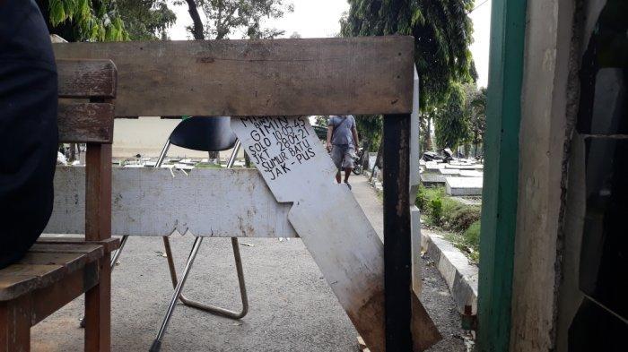 Tampak gerbang utama TPU Utan Kayu yang dirusak peziarah di Pulogadung, Jakarta Timur Sabtu (15/5/2021).