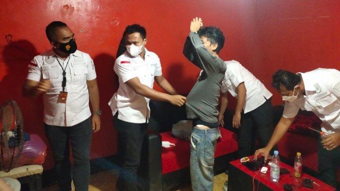 Satresnarkoba Polres Metro Tangerang Kota menggerebek markas organisasi masyarakat (Ormas) Pemuda Pancasila (PP) di Kecamatan Cibodas, Kota Tangerang, Kamis (1/4/2021).
