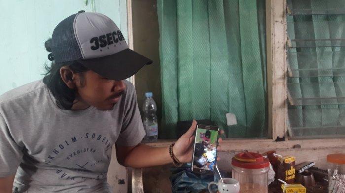 Ghifari Ramadhan (25) menunjukkan dokumentasi gambar Emeng saat bermain bersama pihak keluarga di Ciracas, Jakarta Timur, Jumat (13/11/2020).