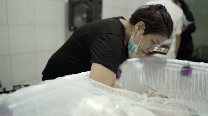 Kisah Gloria, Perjuangan Hidup Sang Perias Jenazah Gratis di Jakarta